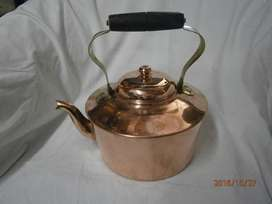 Tetera en cobre bronce asa madera , mide de altura 24cms x diam 16cms marca Laminaco made in colombia