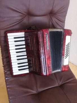 Se vende acordeon. 32 bajos