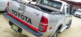Vendo Toyota Hilux 4x2 año 2015 semi nueva muy bien conservada.