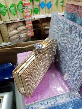 Distribuidora sonyluisleonard. también tenemos carteras manite brillante color plateado y dorado min. 3 und.