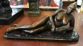 Escultura mujer desnuda, bronce patinado, base mármol, grande