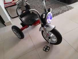 Venta de triciclo en excelente estado, como nuevo, tiene luces y sonido