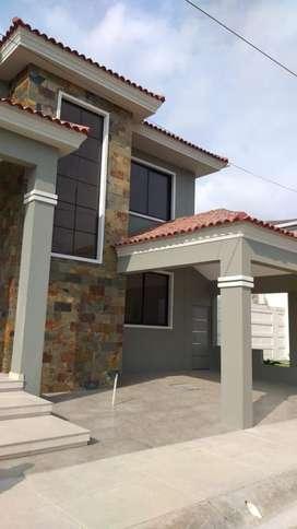 Casa a estrenar en Venta en el Urb. Condado, Samborondon