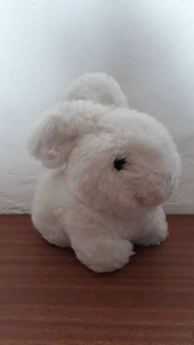 Conejo de peluche color blanco
