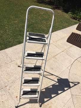 Escalera de metal usada