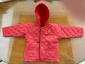 Campera matelaseada con capucha y abrigo de polar desmontable. Falla en el forro de la capucha. talles 4, 5 y 7