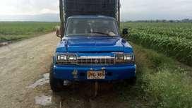 Camioneta azul con estacas