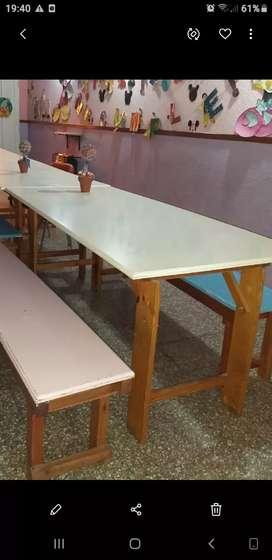 Mesa de madera y 2 bancos