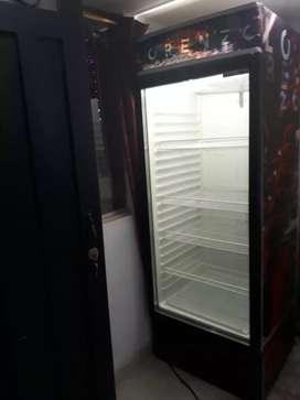 Se vende refrigerador y vitrina