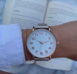 Reloj Pulsera Mujer Malla Tejida Simil Metal Dorado.