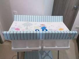 Se vende cuna y bañera para niño en excelente estado.