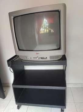 Oferta: Televisor y mesa en excelentes condiciones