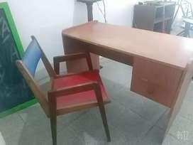 Hermoso escritorio con silla