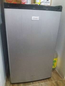 Se vende Refrigeradora Mini Bar.
