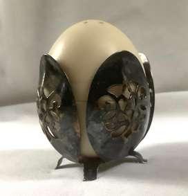 Salero en  forma de huevo. Antiguo en metal. Art Nouveau.