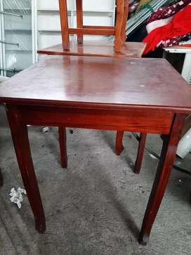 Se vende 2 mesas y 8 sillas de madera