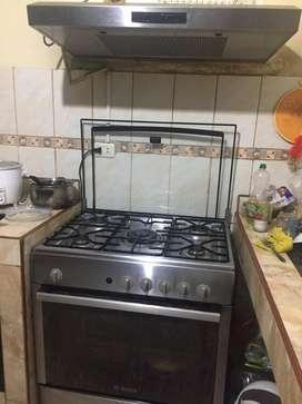 Cocina 5 hornillas y campana del mismo tamaño mas refrigeradora del mis color dos puertas