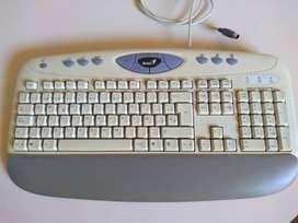 Gabinete con teclado