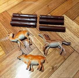 Juguete tipo establo: 3 animales y 6 troncos de plástico