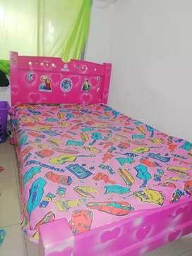 Se vende base cama con tablas para niña