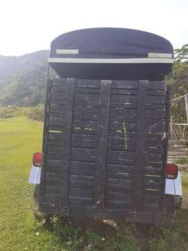trailer en madera plastica en perfecto estado, capacidad para dos animales