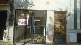 Se vende casa con depto interno y cocheras.