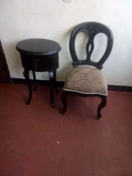 Mesa para teléfono y su silla