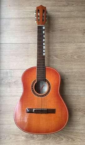 Guitarra acústica clásica usada