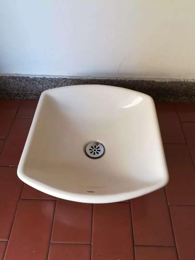 Lavamanos en porcelana beige sin griferia ancho 34 cm fondo 37cm baño 0