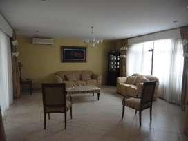 Se vende Amplia casa en Urbanización cerrada, en Salinas