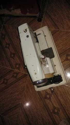 Máquina de coser industrial está sin uso