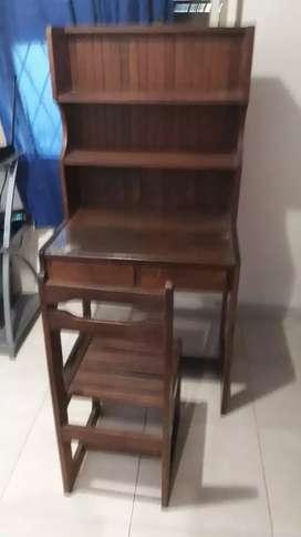 Mueble de algarrobo con silla y lampara