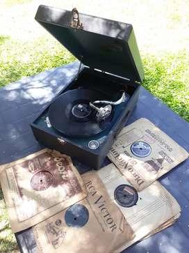 Vitrola antigua a cuerda y discos de pasta