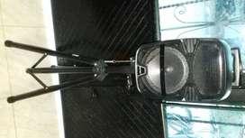 Es un blafe marca NIATEC viene con : microfono, control remoto, base original y su cargador
