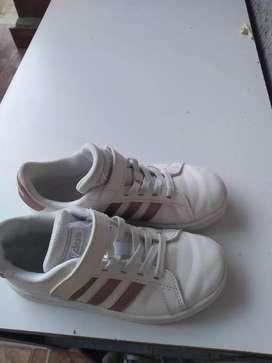 Vendo zapatos deportivos Adidas para niña originales