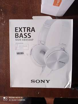 Audífonos Sony de color blanco y negro