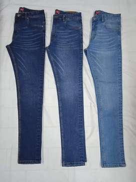Joven vendedor de jeans