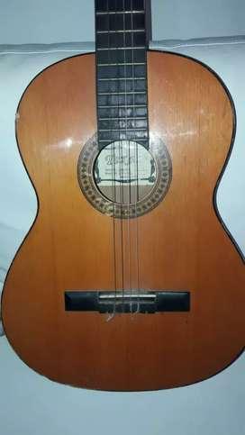 Gitarra criolla detalle sin dos cuerdas