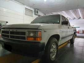 Camioneta Dodge cabina extendida