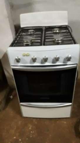 vendo hermosa cocina marca Patrick con encendido eléctrico funcionando y luz en el horno llevo a domicilio
