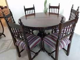 Juego de comedor compuesto por 6 sillas y mesa circular