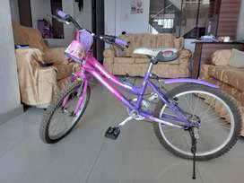 Bicicleta morada para niña