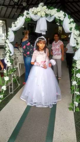 Hermoso vestido de primera comunión para niña