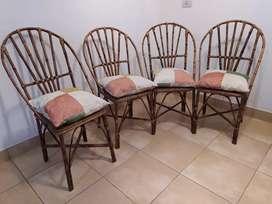 Juego de sillas de mimbre con almohadones