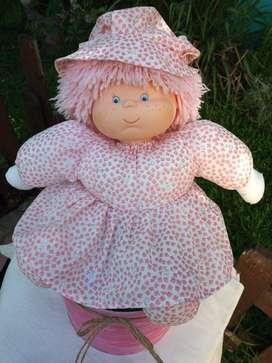 Muñeca pepona grande con lata decorada