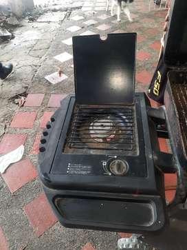 Asador funciona con gas y carbón.