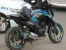 Hermosa Yamaha FZ 25 personalizada como nueva