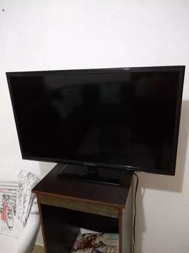 "Se vende TV HYUNDAI LED 32"" color negro en excelente estado"