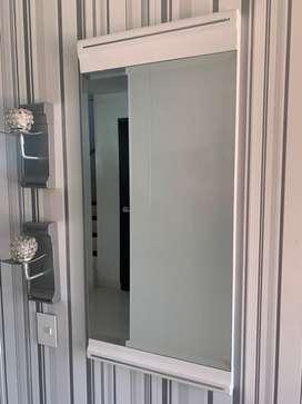 Espejo decorativo con dos repisas