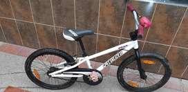 Bicicleta specialized con casco de la misma marca incluido.